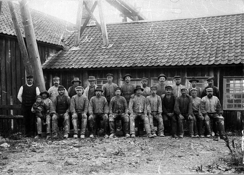 Bild 5531 Råbäcks stenhuggeri, sittande vänster, Carl Apell