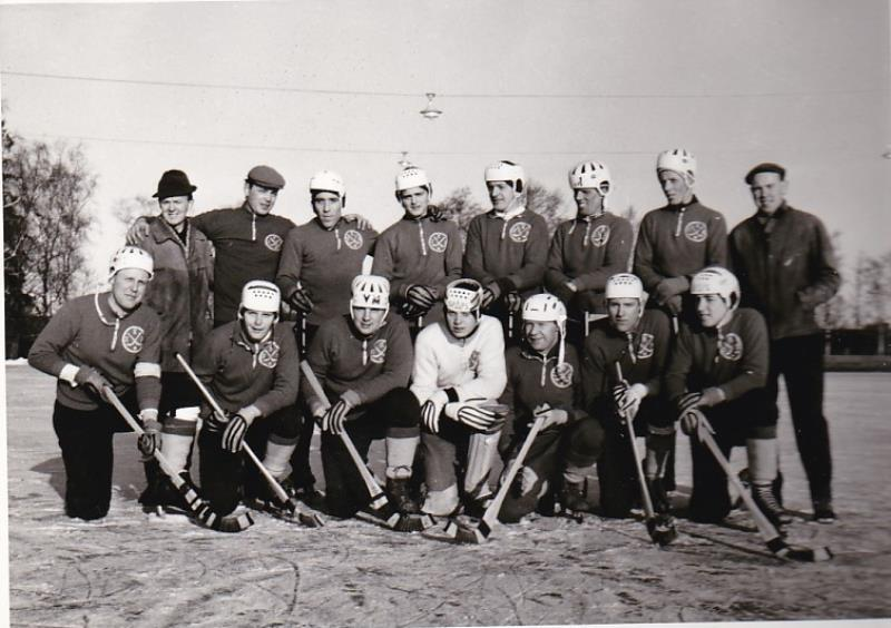 Bild1015 Bandylag i Hällekis. 1960-70 talet