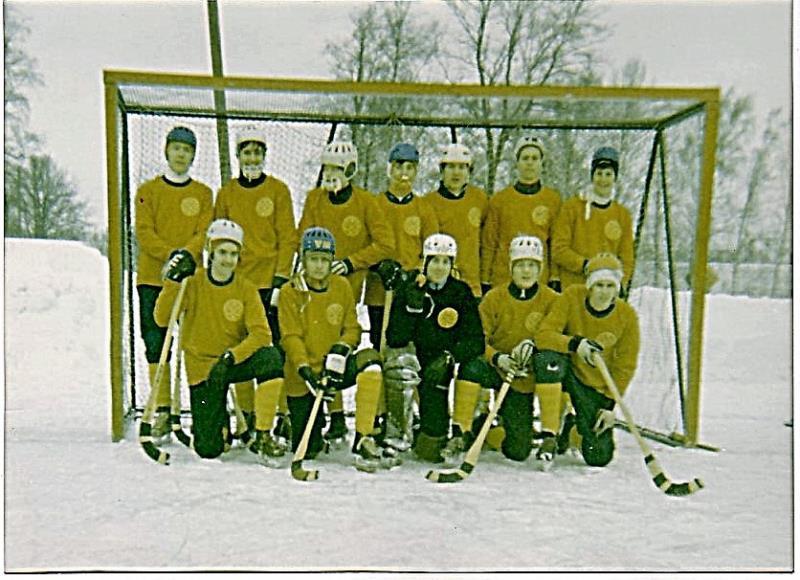 Bild1022 Bandylag i Hällekis. Juniorlaget i bandy 1969-70