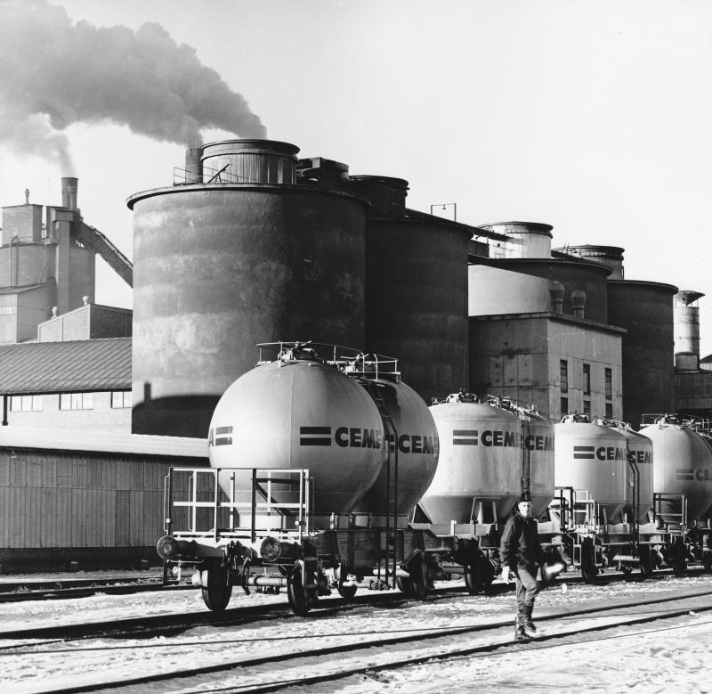 Bild400 Cementfabriken Cementsilos och utlastning