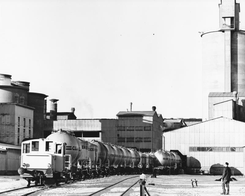 Bild402 Cementfabriken Cementsilos och utlastning