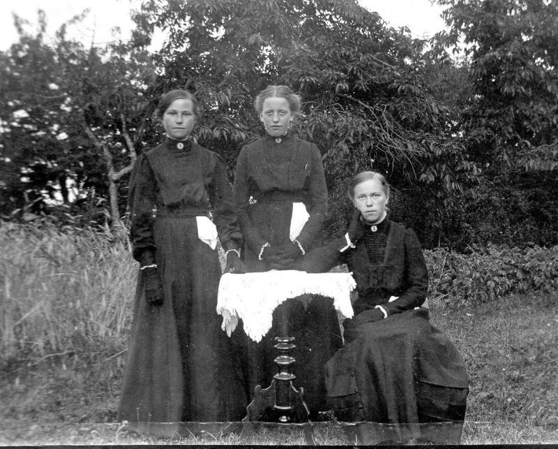 Bilder Västerplana Konfirmationskort Viktoria Gustavsson (Moberg), Motorp i mitten. 1911 eller 1912