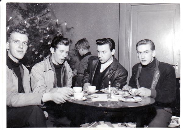 Bild5956 Ungdomar på Kaffet i Hällekis Fr. v. Sigurd Ahlén, Folke Thorstensson, Leif Holm, Sven-Otto Ljungberg
