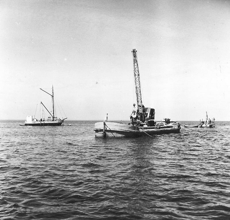 Bild5203 Muddring av sjöfartsleden in till Hönsäters Hamn vid cementfabriken i Hällekis ca 1940-50-talet