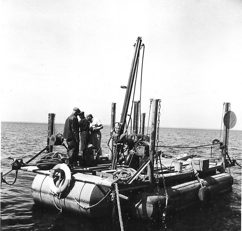 Bild5205 Muddring av sjöfartsleden in till Hönsäters Hamn vid cementfabriken i Hällekis ca 1940-50-talet