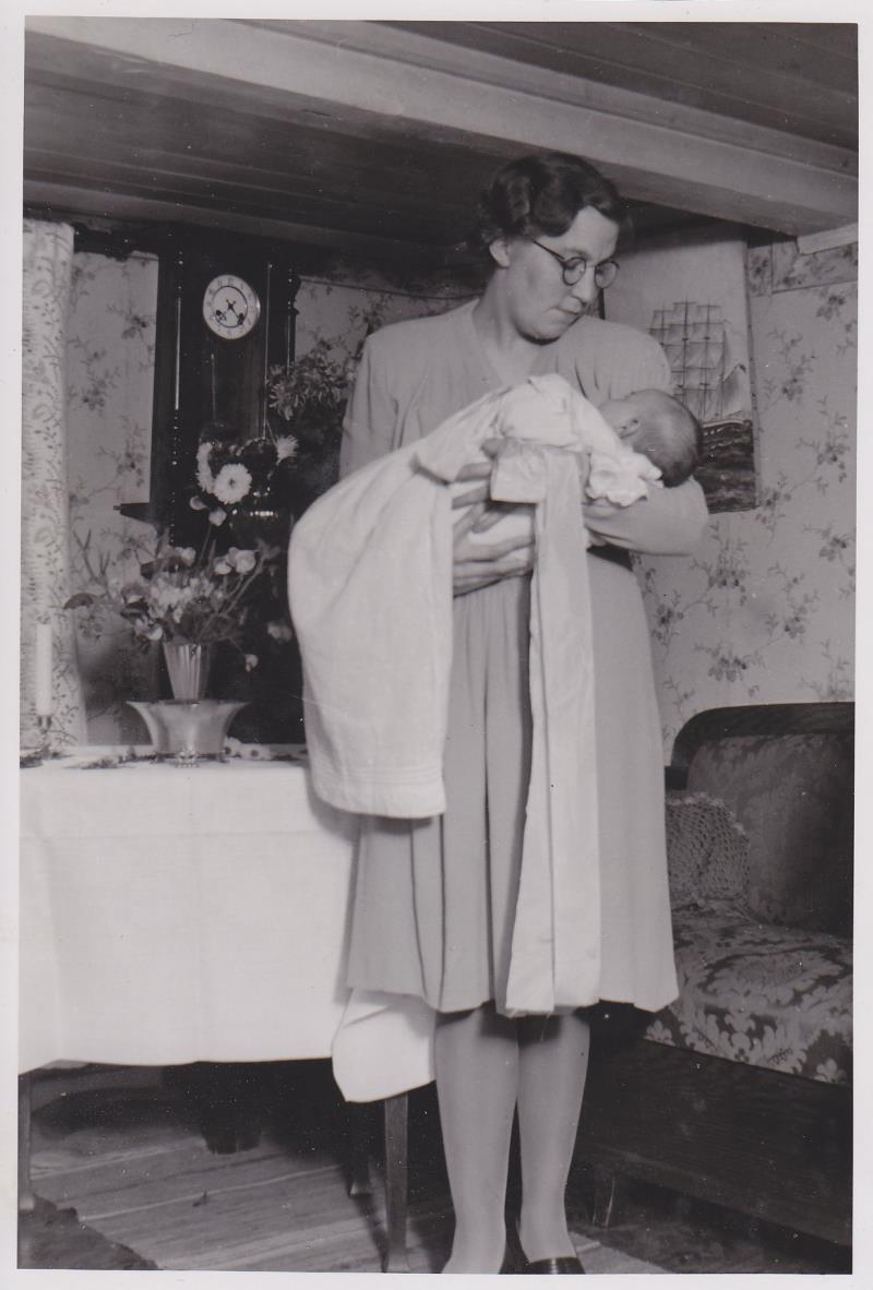 Bild5977 Skoghem 1945. Antons dotter Anna lind Ringblom med dottern Anitha.