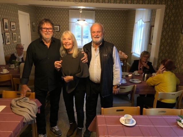 Bild6007 Från vänster ses Hans Demegård, Lidköping, Helena Nihlén, Höör och Jan Magnusson, Minnesota. Tre syskon bördiga från Hulegården i Medelplana samlades i bygdegården denna dag.