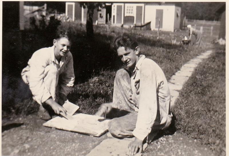 Bild6010 Frank och Eiler Ringblom målar vid Blombergstorpet på Kinnekulle 1930-talet