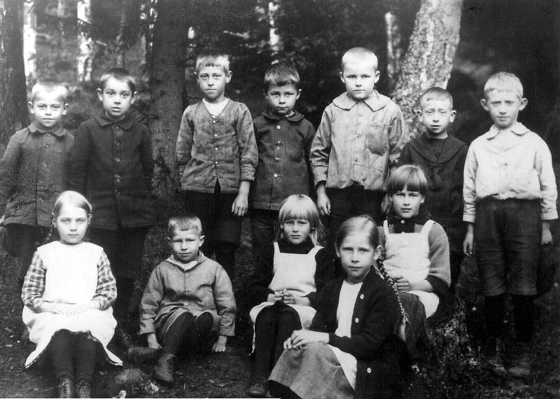 Bild 0087 Possiska Lancasterskolan 1922. Bakre raden fr. v. Okänd, okänd, Nils Persson Stora Salen, okänd, Nils Sohlberg född 1914, okänd, okänd. Främre raden fr. v. Gunhild Larsson född Sahlin, övriga okända.