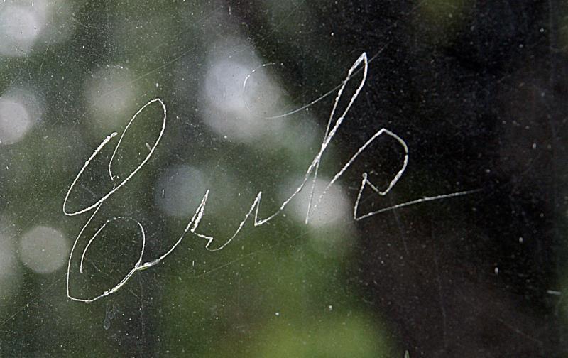 Namn ristat på fönster, Eskilssons kopparsmedja. foto: Freddie Wendin 2006