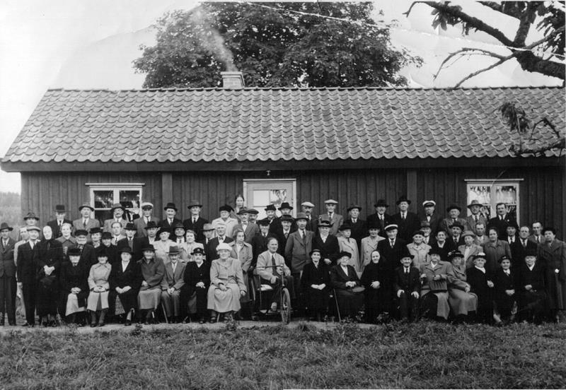 """Bild 0451 Knapängen. PRO föreningens bildande Johan Johansson """"Kyrkestöta"""" initiativtagare. Sittandes i rullstolen Harald Karlsson född 1908-06-06 bodde i Marieberg Råbäck. Bilden tagen på 1940-talet."""