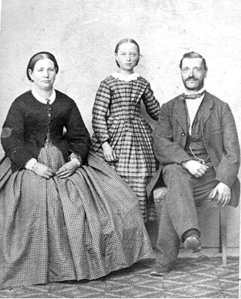 Bild 0444 Medelplana Skola. Skollärare Göransson med hustru och dotter