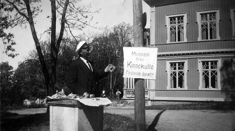 Bild 2491 Stenhuggare Karl Vallentin säljer fossiler vid Turisthotellet i Råbäck