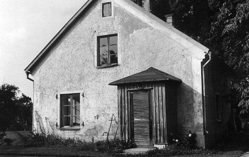 Bild 1628 Hönsäters Herrgård Hällekis vänstra flygeln byggd 1806 ingång till telefonväxl, foto: 1980