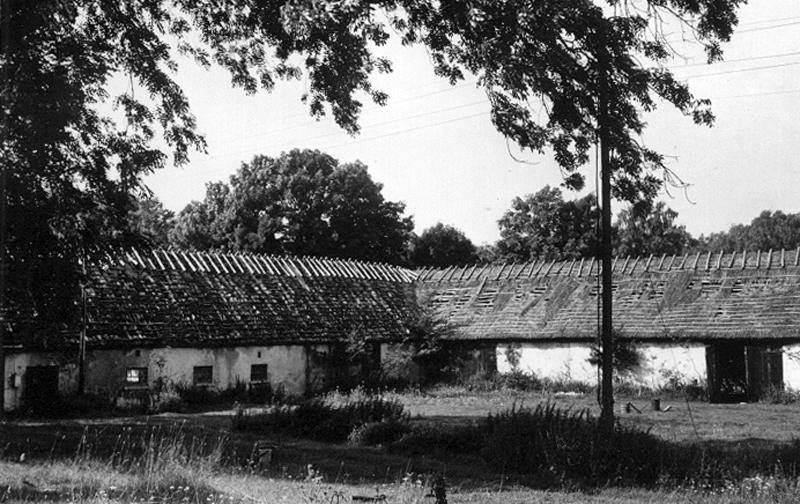 Bild 1633 Hönsäters Herrgård Hällekis gamla logar, vänstra längan byggd 1772, foto_ 1980