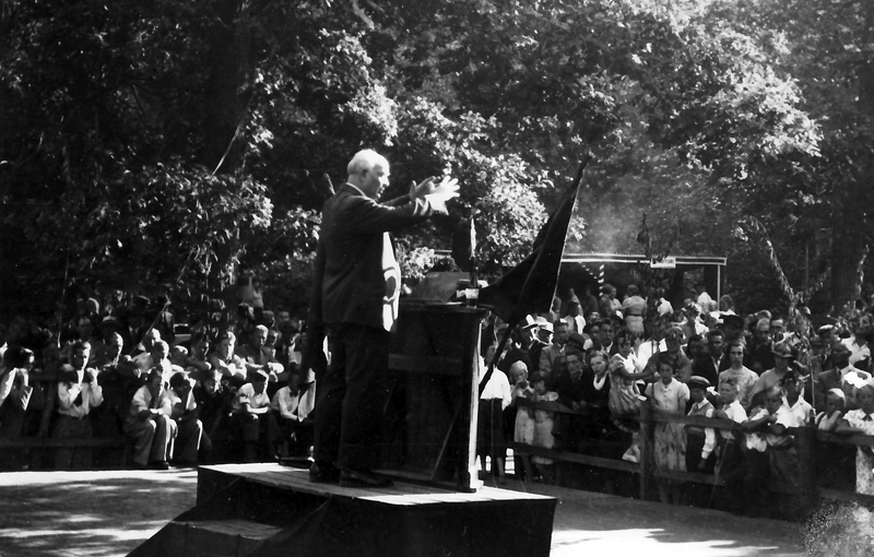 Bild 2911 Kinnekulle Soc. Dem. förening Per Albin Hansson stadsminister talar på 1 maj i Gössäters folkets park 1945