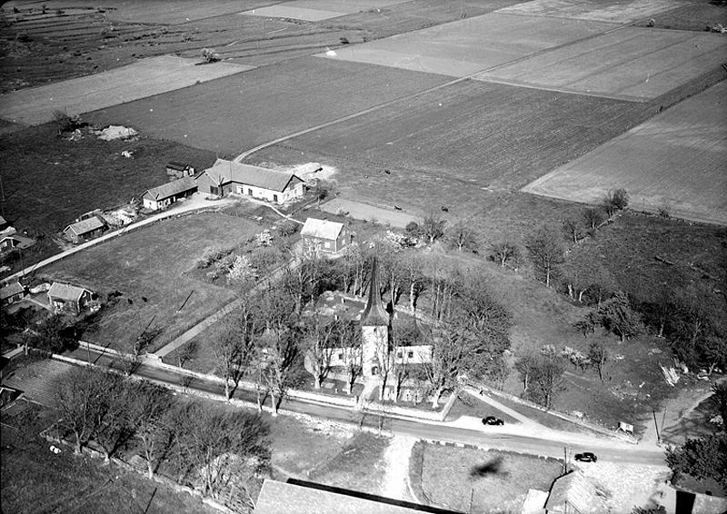 Bild 5793 Västerplana kyrka flygfoto, 1950-talet