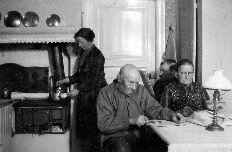 """Bild 5802 Motorp Västerplana """"Kvällsidyll"""" på Motorp i slutet på 20-talet. Från vänster: Viktoria, Anders Gustav, Henning, Hilda. Moberg"""