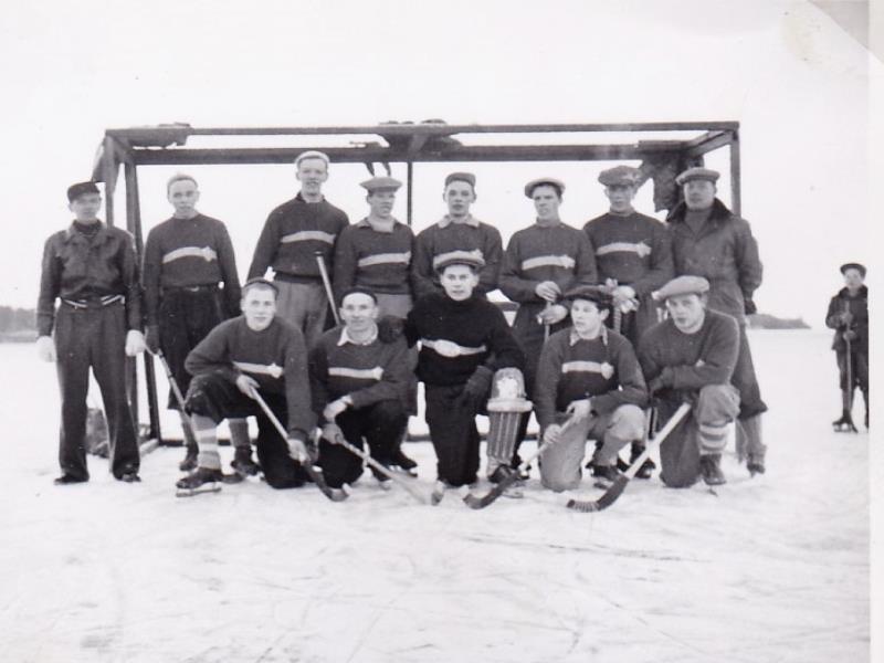 Bild1012.Bandylag i Hällekis 1950-60-talet