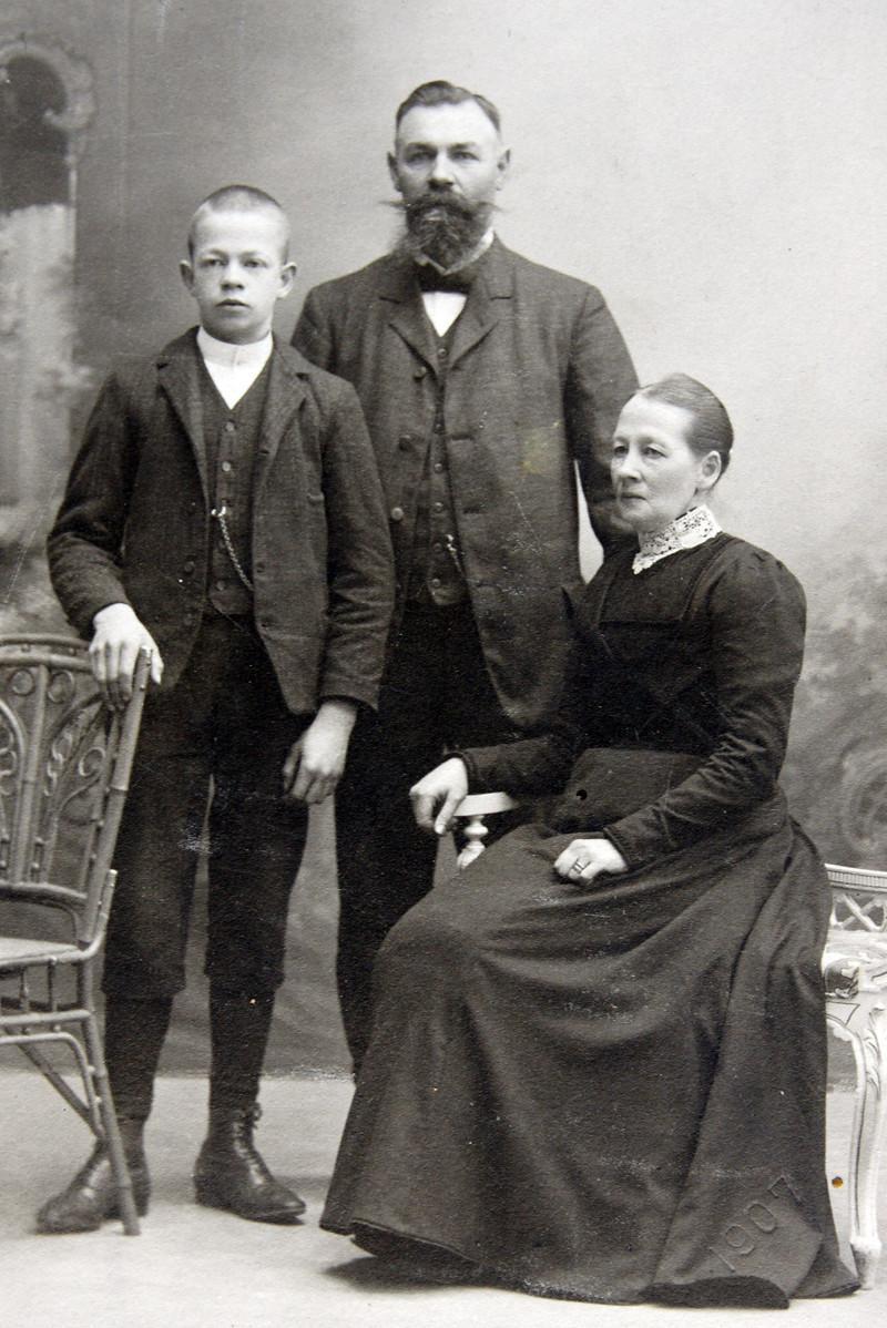 Bild 5858 Rättare John Lindh, Selma och sonen. på Bossgården i Medelplana
