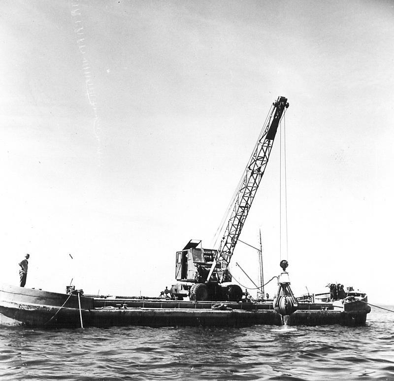 Bild5206 Muddring av sjöfartsleden in till Hönsäters Hamn vid cementfabriken i Hällekis ca 1940-50-talet