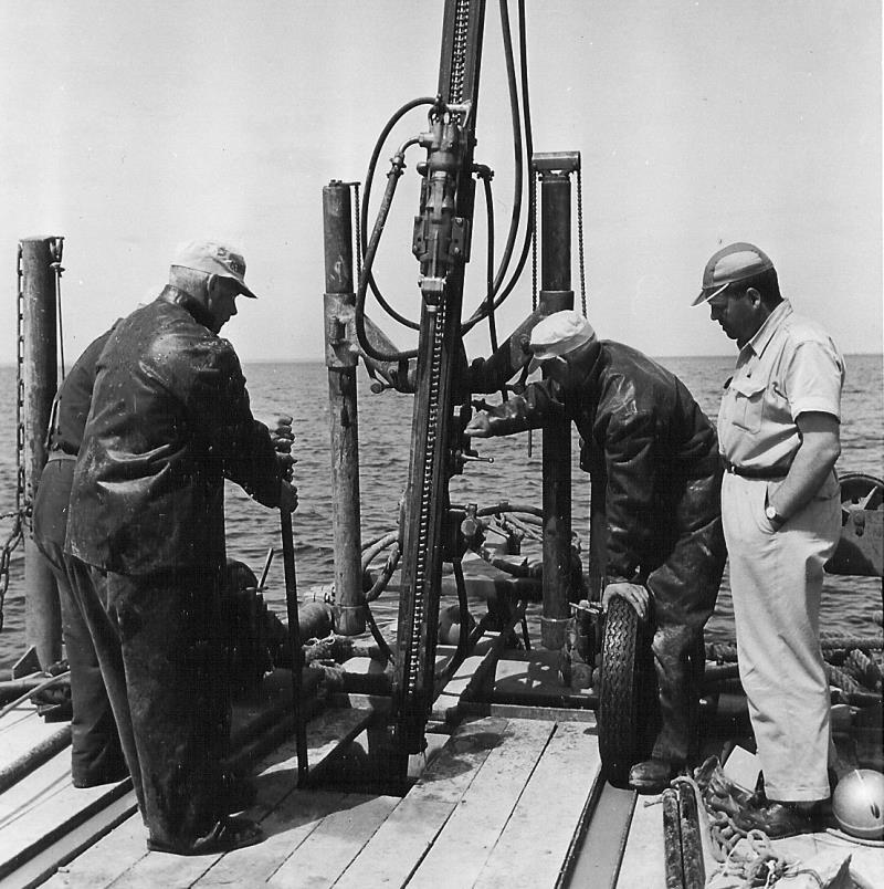 Bild5207 Muddring av sjöfartsleden in till Hönsäters Hamn vid cementfabriken i Hällekis ca 1940-50-talet