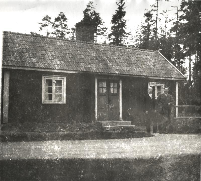Bild5973 Skoghem ca 1940-1942. Till höger Åke Lind, född 1920. Till vänster Erik, gift med en av Åkes systrar.