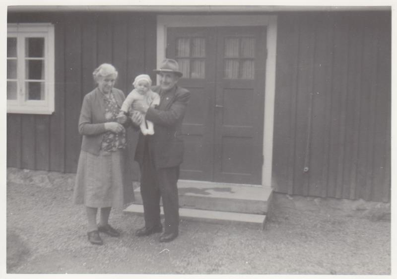 Bild5979 Skoghem 1968. Hanna Lind, Maria Blyh, Anton Lind.