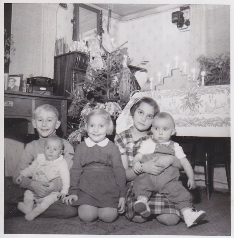 Bild5981 Skoghem julen 1953. Barnbarn till Anton och Johanna Lind. Roland, Stig-Lennart, Margareta, Antiha och Bengt-Åke.