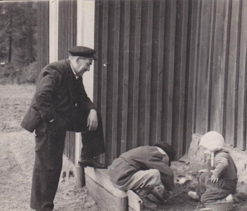 Bild5983 Skoghem 1951. Anton Lind med barnbarnen Roland och Margareta Johansson.
