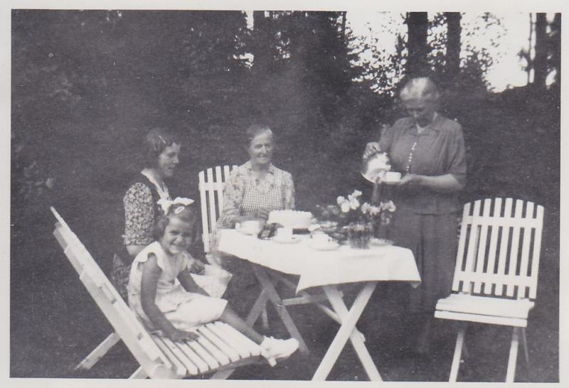 Bild5984 Skoghem 1950. Där garagets sydöstra hörn finns nu. Anitha Blyh, Ester Lindh, Helga Lindh, Hanna Lind.