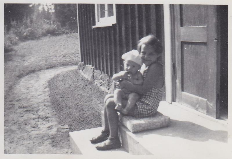 Bild5987 Skoghem 1951. Margaretha Johansson Holm och Anitha Blyh.