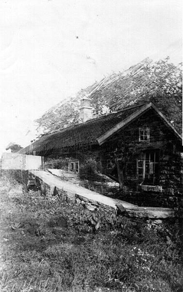 Bild 010 Medelplana Torp i Medelplana med den typiska skorstenen av stenhällar. 1941