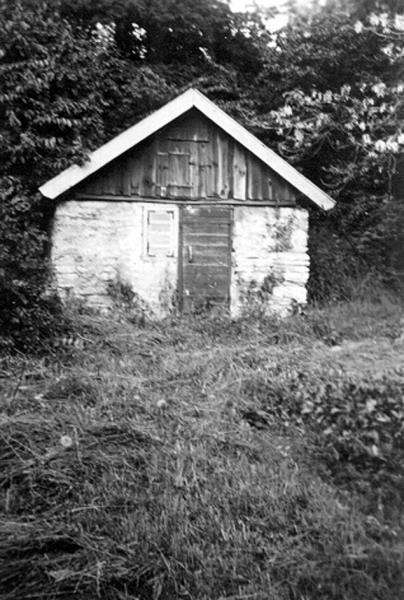 Bild 080 Medelplana, uthus i kalksten och trä