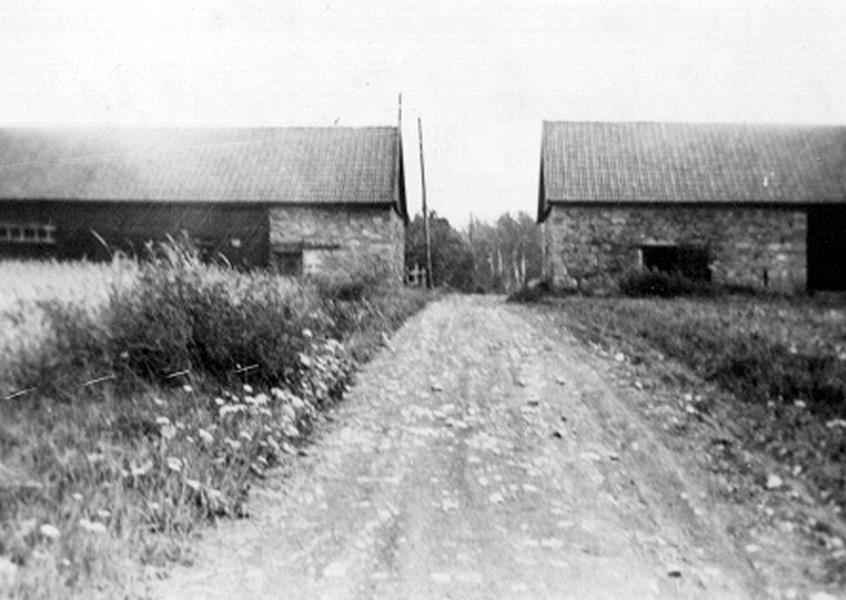 Bild 081 Medelplana, uthus i kalksten och trä