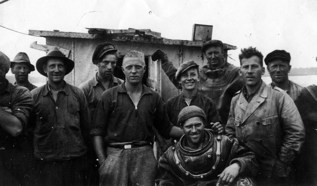 Bild 3736 Muddring av sjöfartsleden in till Hönsäters Hamn vid cementfabriken i Hällekis ca 1940-50-talet
